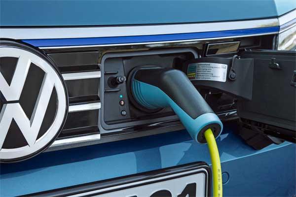 Volkswagen Passat GTE hibrid hajtású autó töltés közben