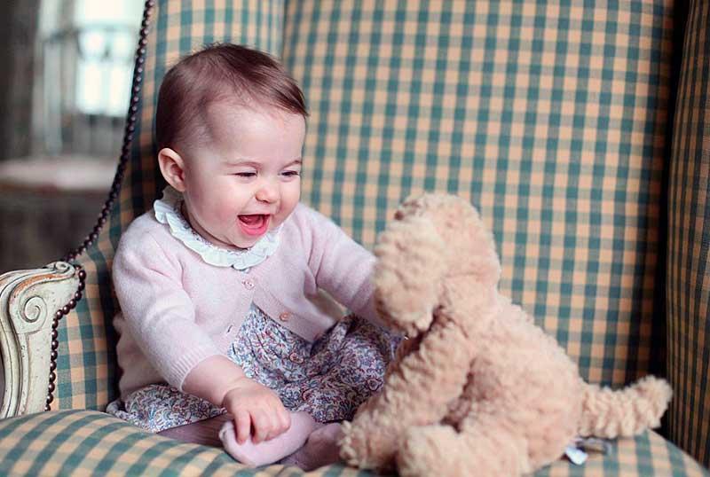 Ajándéközön lepte meg az egyéves Charlotte hercegnőt