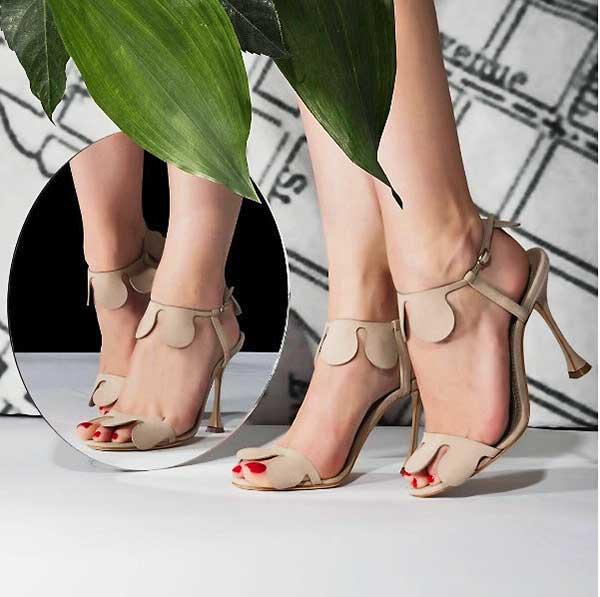 Manolo Blahnik világhírű spanyol cipőtervező életmű-kiállítása Prágában